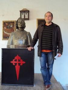 Junto al busto de Quevedo